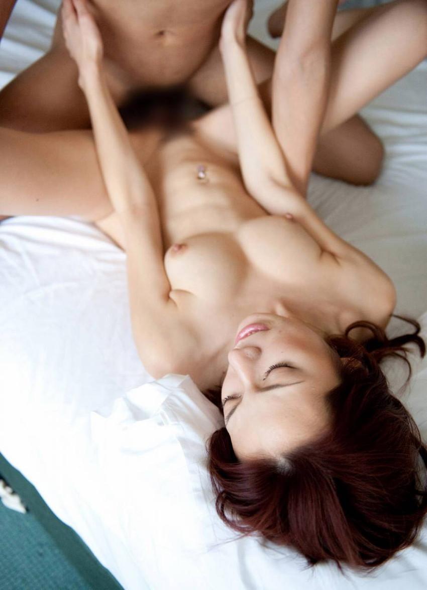 【正常位エロ画像】セックス経験者が必ず経験する体位ってやっぱ正常位!? 10