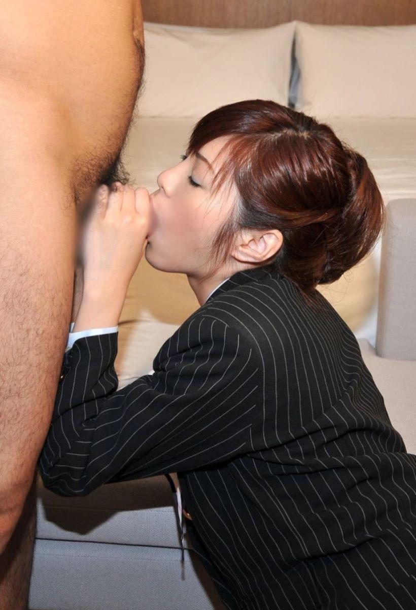 【着衣フェラチオエロ画像】着衣のままチンポを頬張るフェラ好き女エロ杉! 26