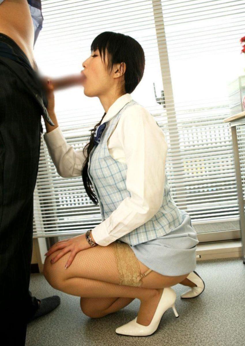 【着衣フェラチオエロ画像】着衣のままチンポを頬張るフェラ好き女エロ杉! 42