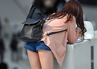 【素人ホットパンツエロ画像】暖かくなると見かける太ももムキだしファッション!