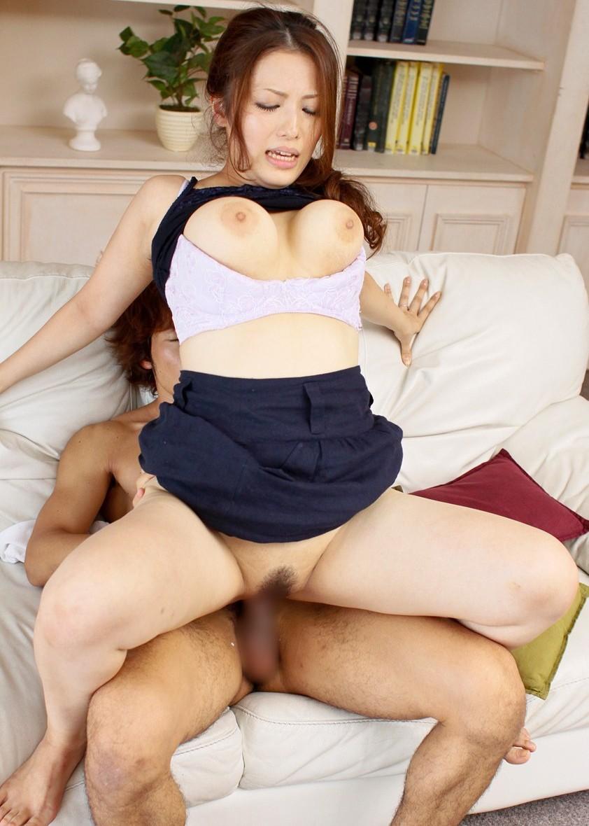 【ソファーセックスエロ画像】ベッドまでガマンできんからソファーの上でセックスしたった! 51