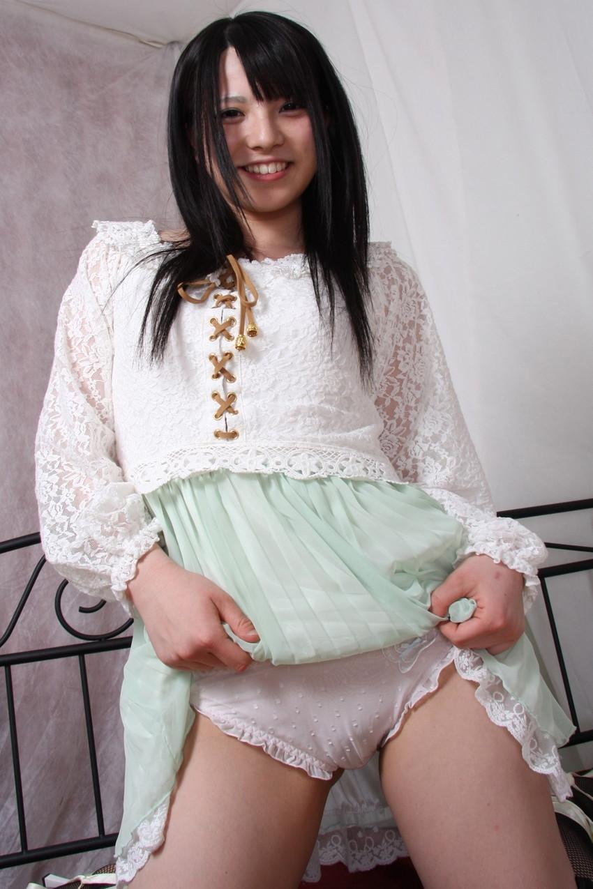 【セルフパンチラエロ画像】パンチラ見せ付けるセルフパンチラ女子の誘惑に負けそうw 09