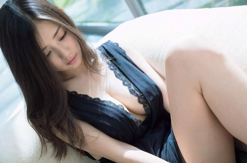 【谷間エロ画像】着衣のままでおっぱいの存在を強調している女がエロすぎて草ww 04