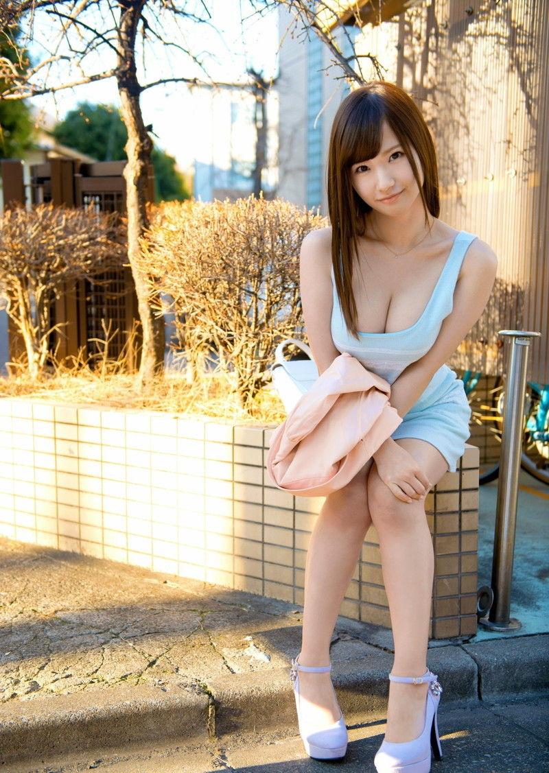 【谷間エロ画像】着衣のままでおっぱいの存在を強調している女がエロすぎて草ww 12