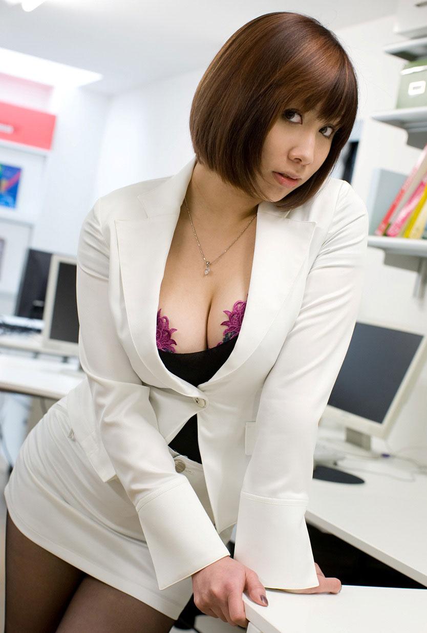 【谷間エロ画像】着衣のままでおっぱいの存在を強調している女がエロすぎて草ww 21