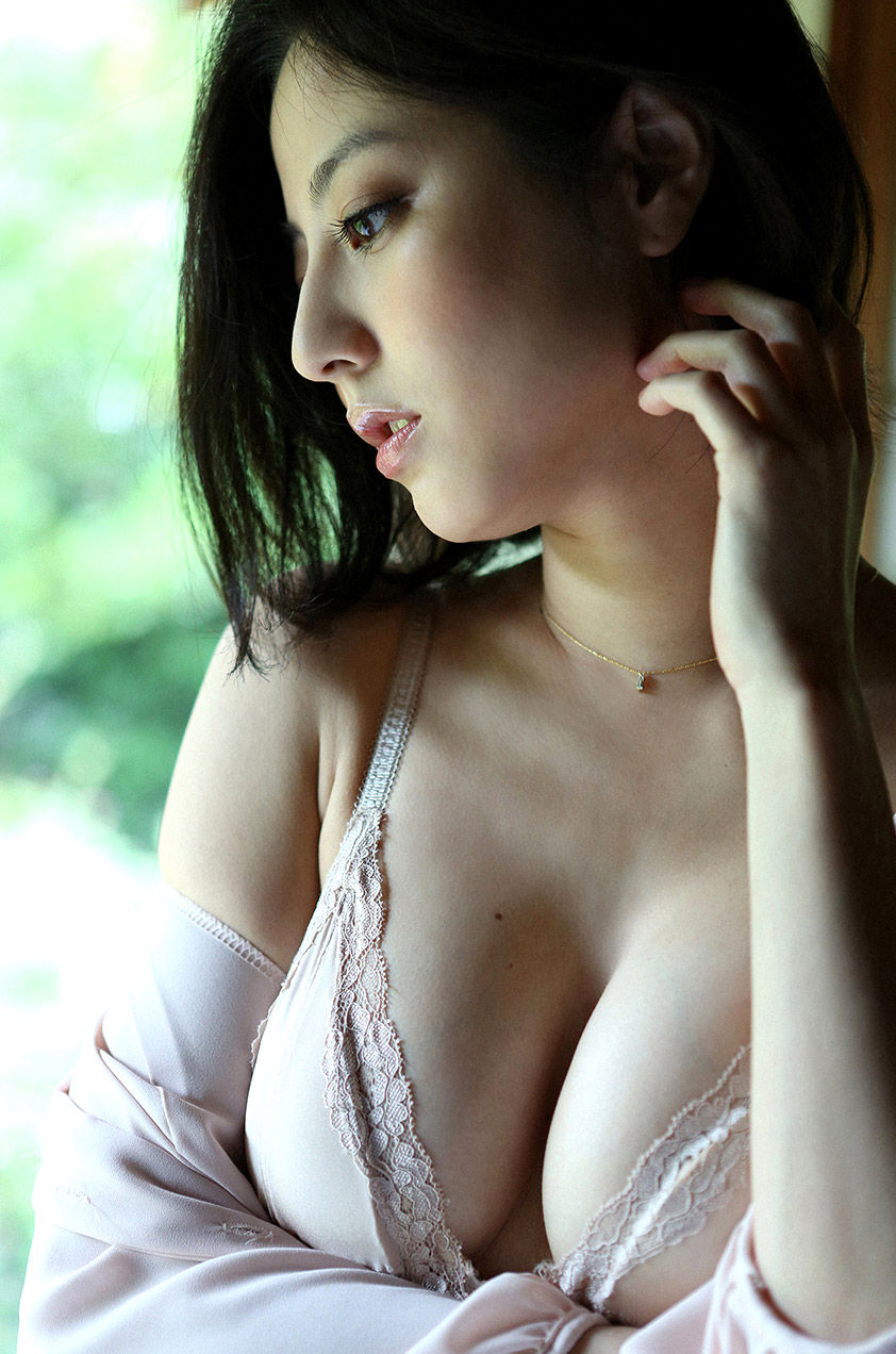 【谷間エロ画像】着衣のままでおっぱいの存在を強調している女がエロすぎて草ww 22