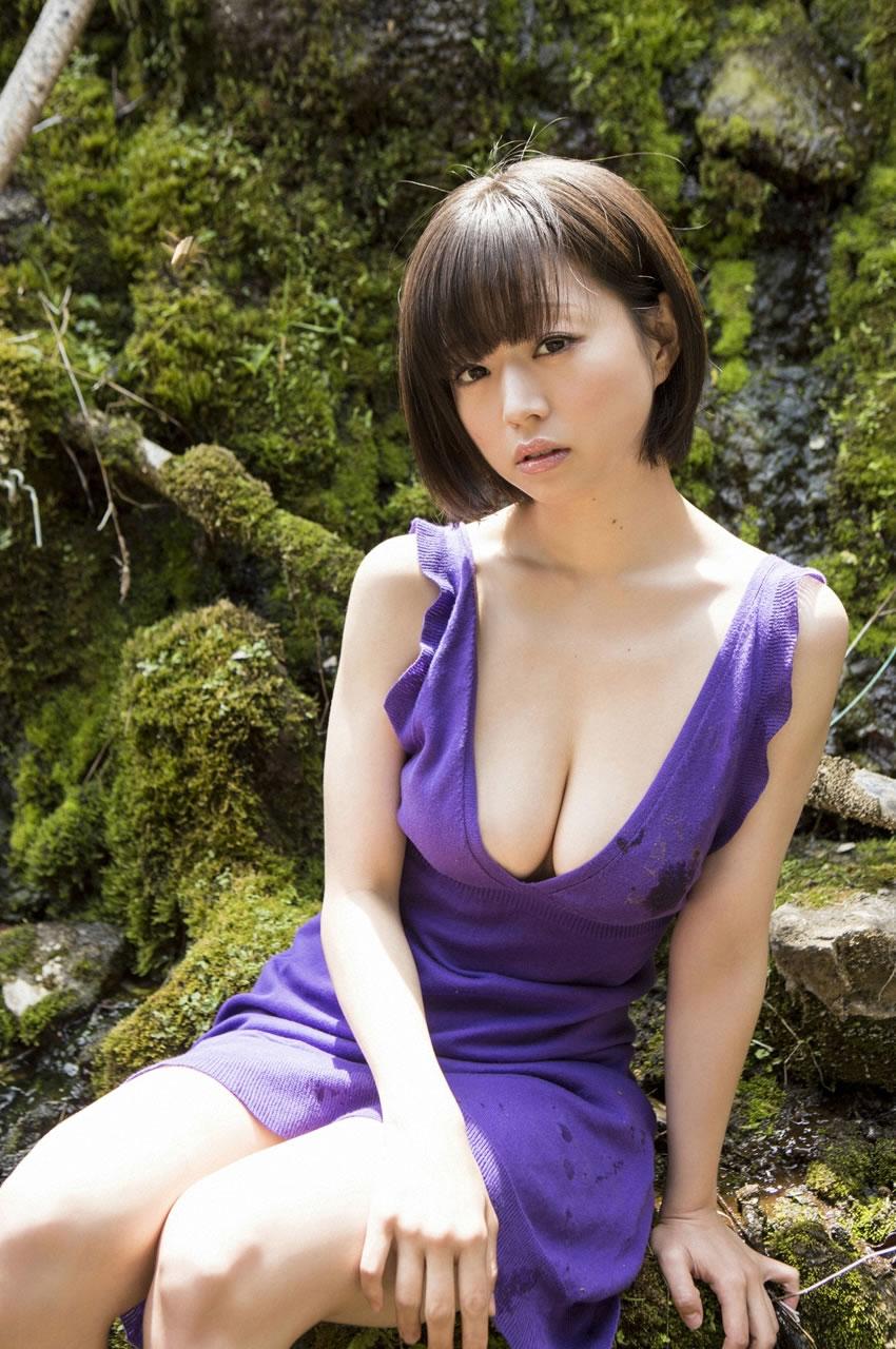 【谷間エロ画像】着衣のままでおっぱいの存在を強調している女がエロすぎて草ww 28