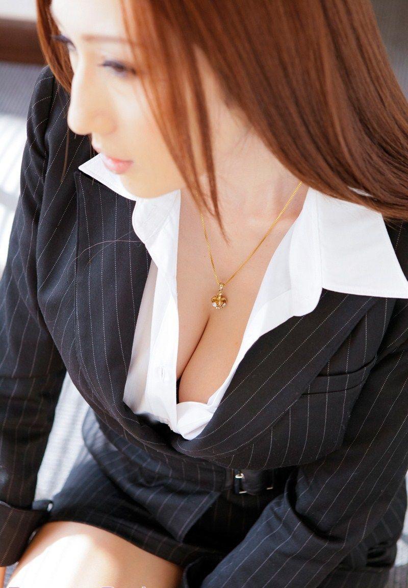 【谷間エロ画像】着衣のままでおっぱいの存在を強調している女がエロすぎて草ww 36