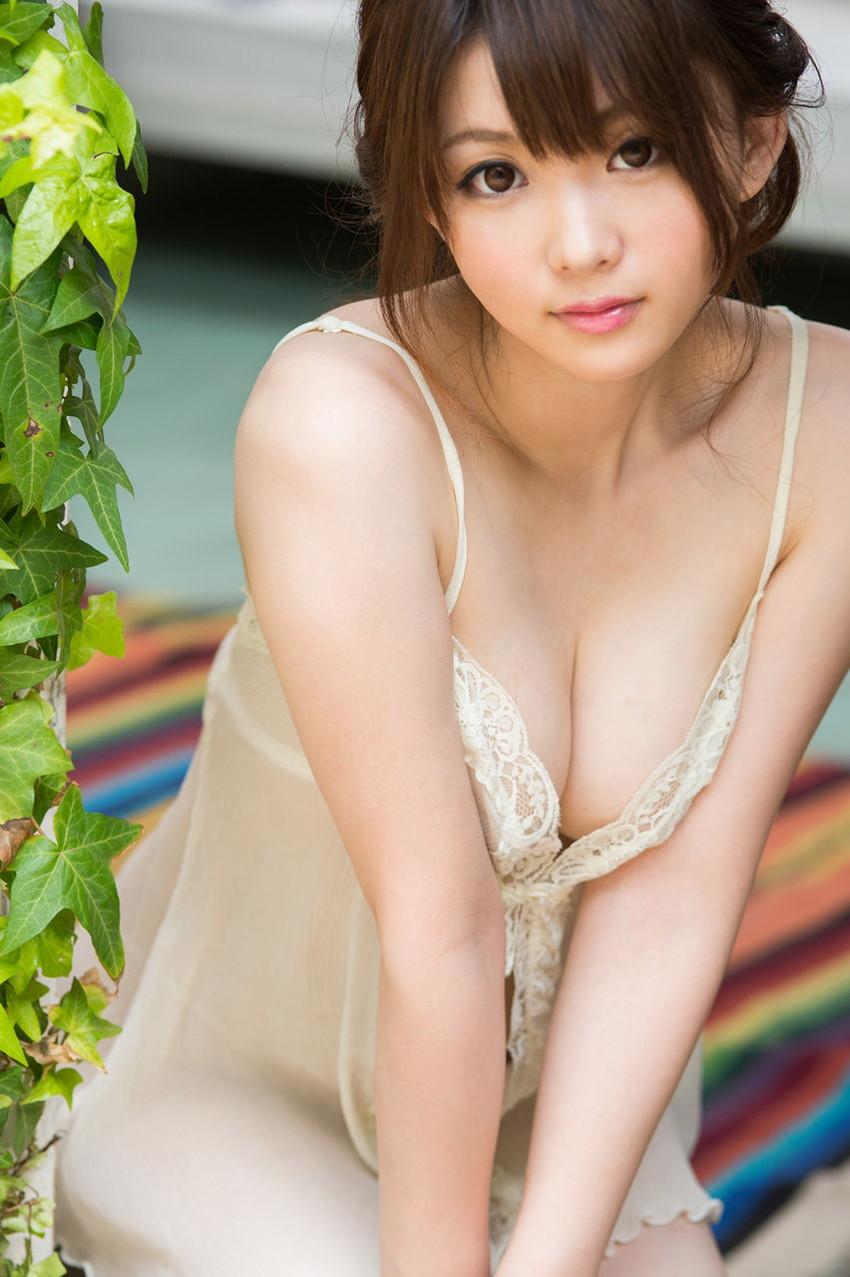 【谷間エロ画像】着衣のままでおっぱいの存在を強調している女がエロすぎて草ww 40