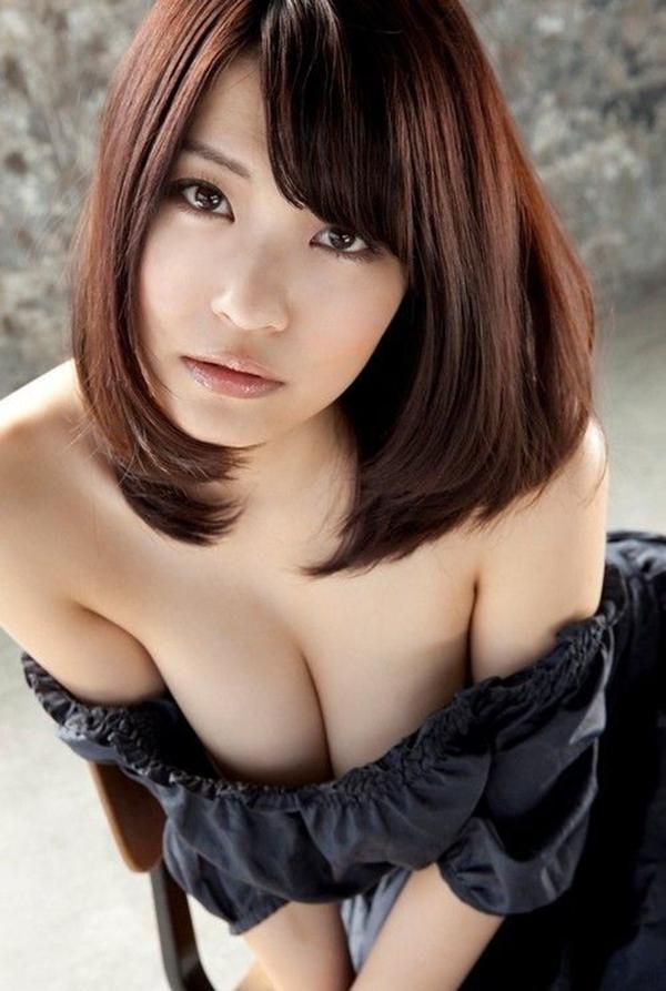 【谷間エロ画像】着衣のままでおっぱいの存在を強調している女がエロすぎて草ww 42