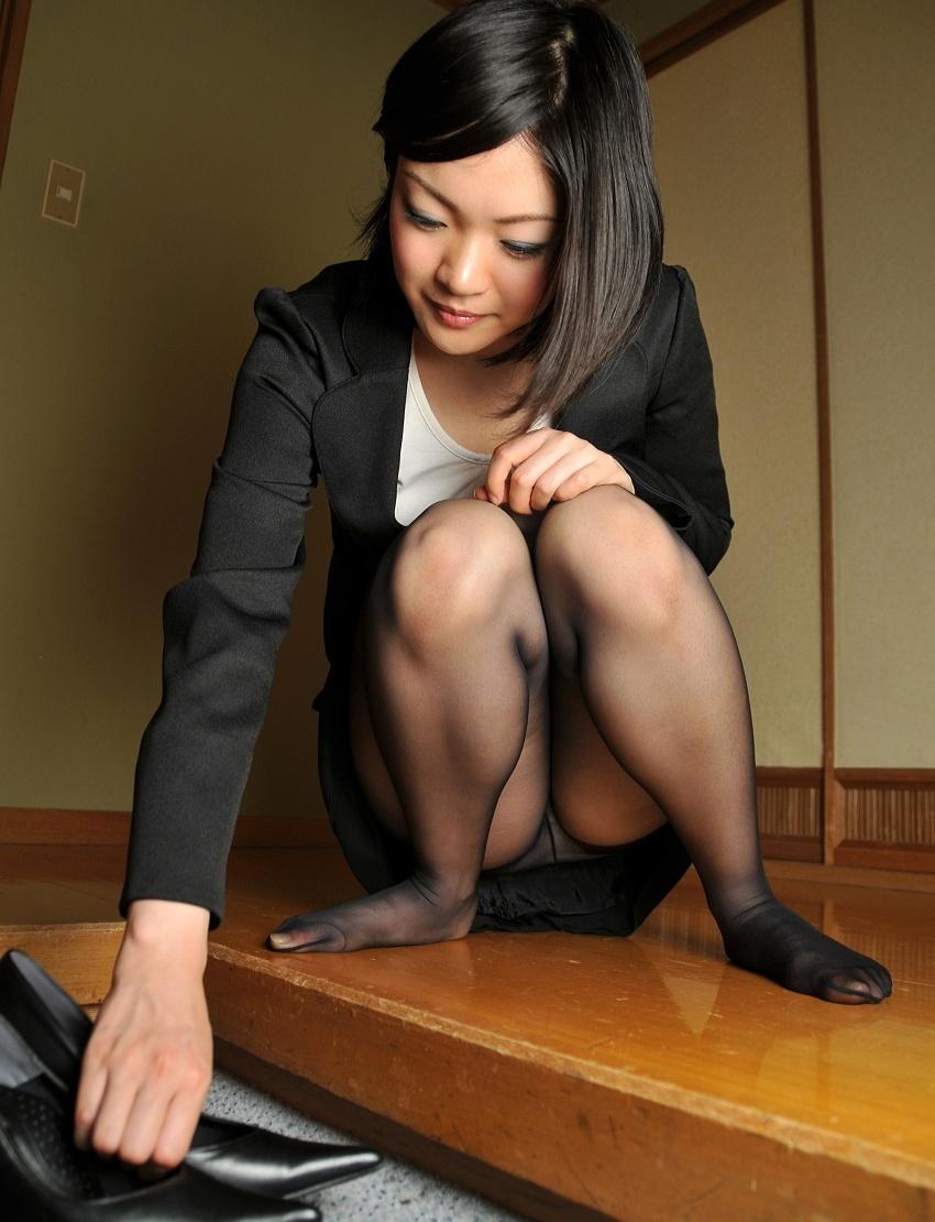 【しゃがみ込みパンチラエロ画像】しゃがみ込んだ女の子の股間から視線がはずせないwww 04