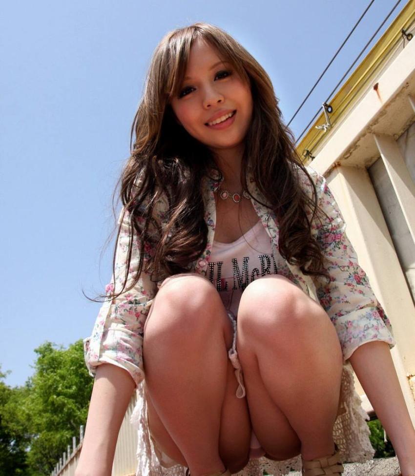 【しゃがみ込みパンチラエロ画像】しゃがみ込んだ女の子の股間から視線がはずせないwww 13