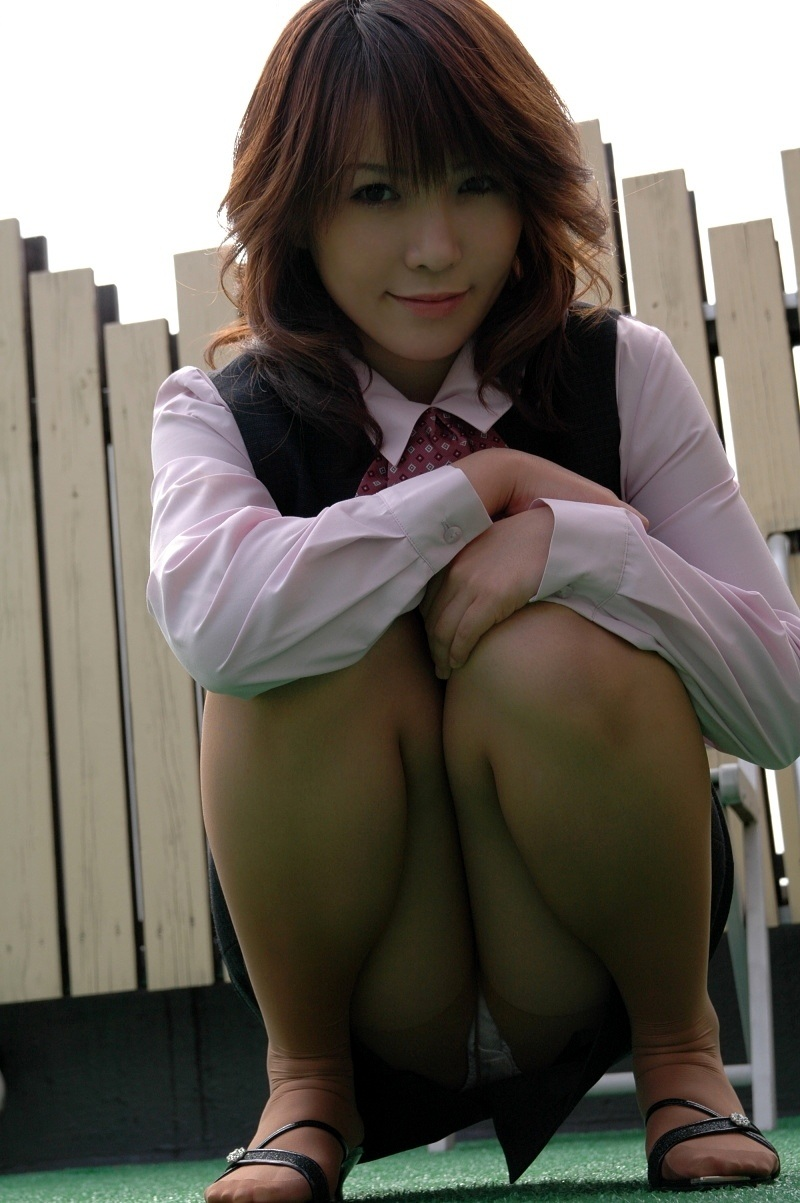 【しゃがみ込みパンチラエロ画像】しゃがみ込んだ女の子の股間から視線がはずせないwww 21