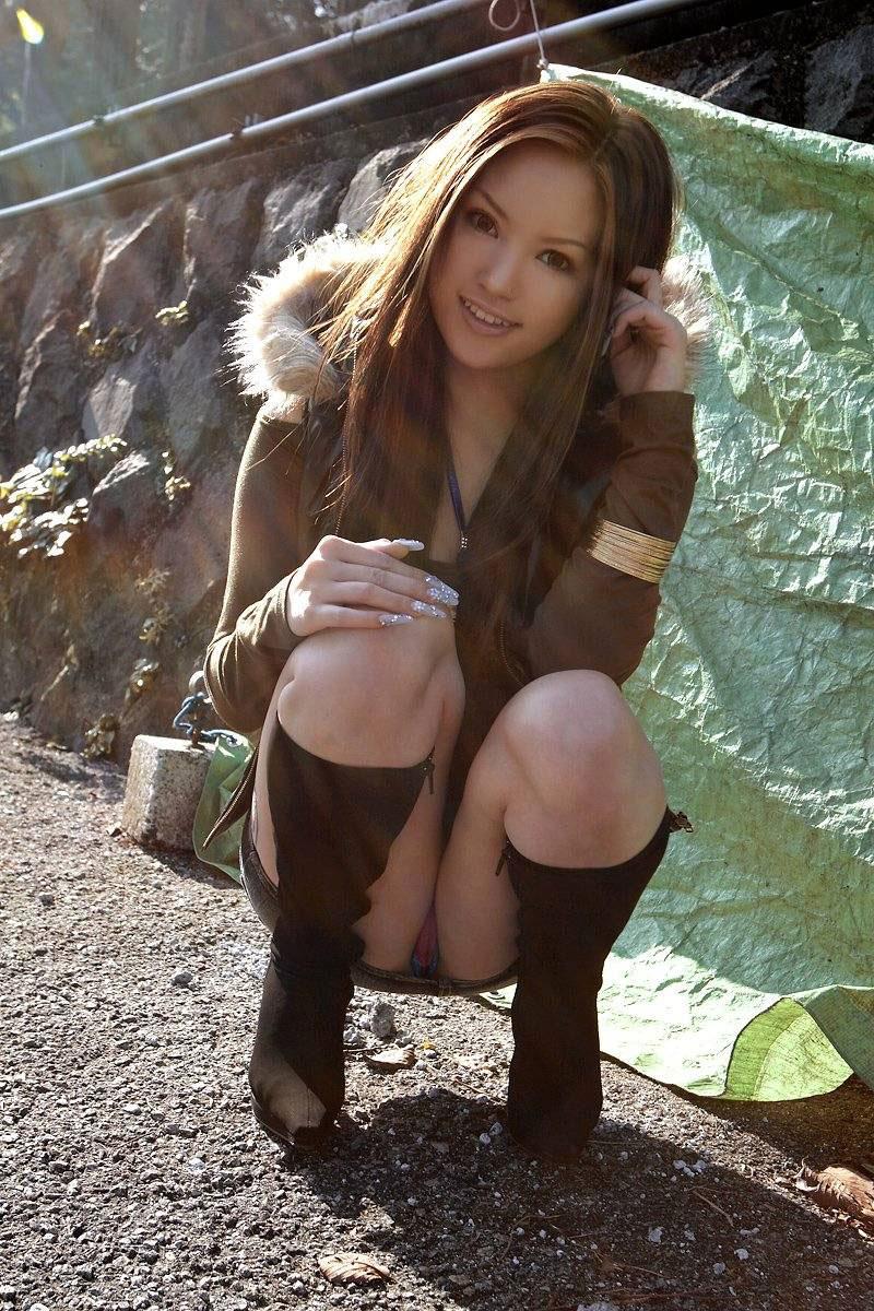 【しゃがみ込みパンチラエロ画像】しゃがみ込んだ女の子の股間から視線がはずせないwww 23