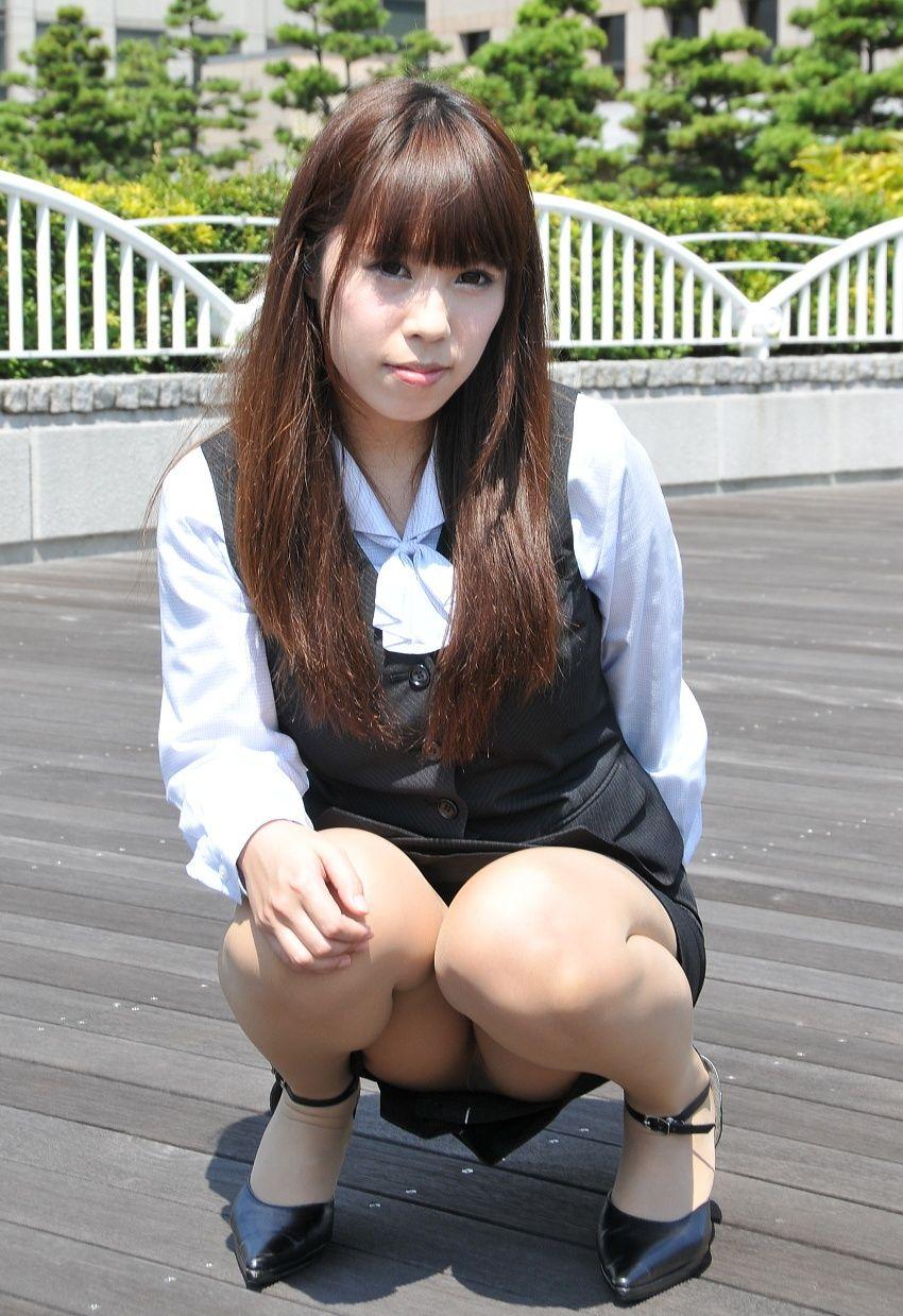 【しゃがみ込みパンチラエロ画像】しゃがみ込んだ女の子の股間から視線がはずせないwww 42