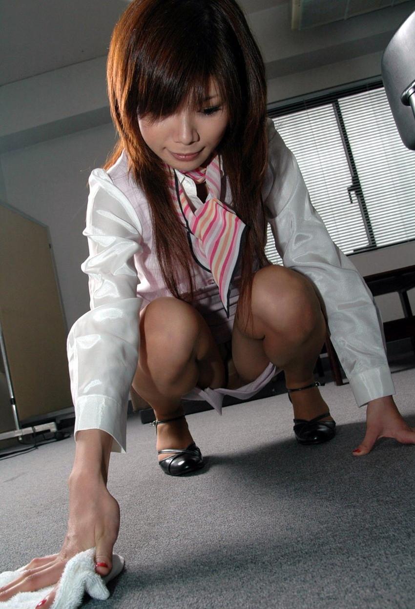 【しゃがみ込みパンチラエロ画像】しゃがみ込んだ女の子の股間から視線がはずせないwww 48