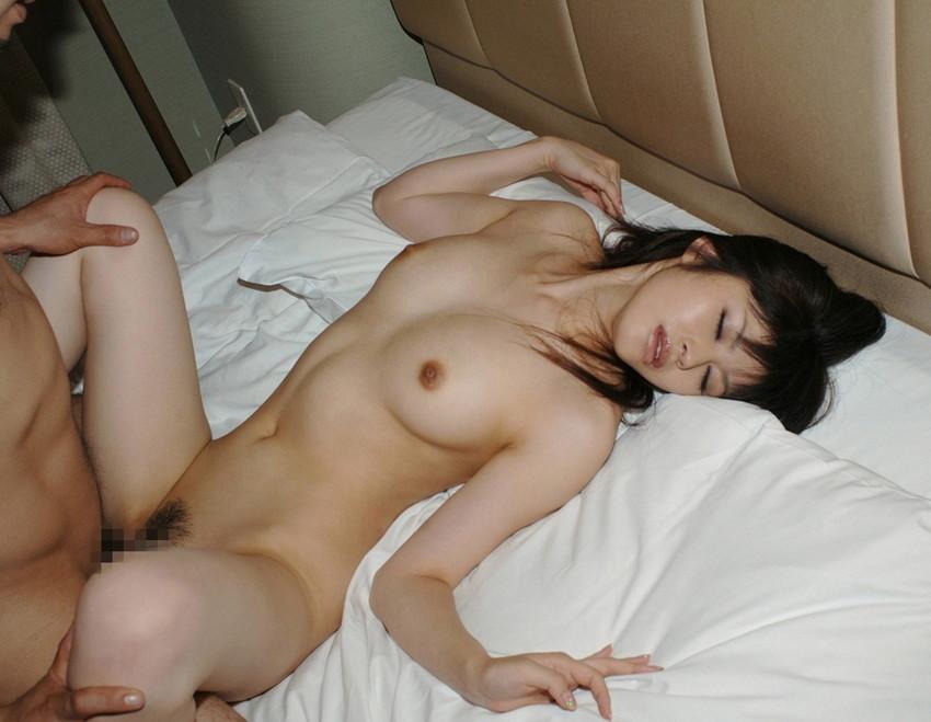【正常位エロ画像】正常な体位?ごくごく一般的なセックスの体位でセクロスしている男女ww
