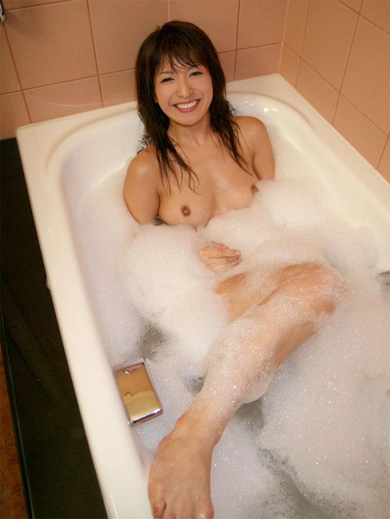 【入浴エロ画像】入浴中は男も女も当然、全裸だからこそ見てみたいとおもうのも道理だろw 39