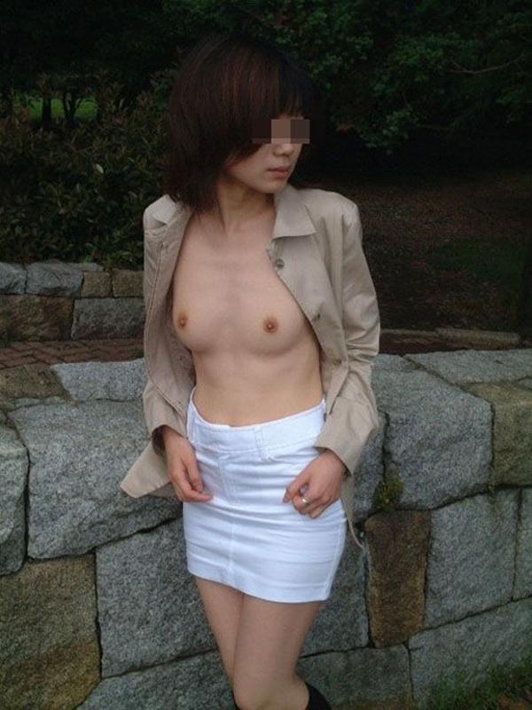 【野外露出エロ画像】屋外で大胆に着衣を脱ぎさる素人娘たちが過激すぎるwww 10