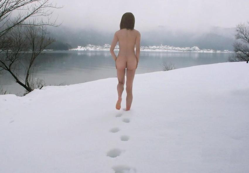 【野外露出エロ画像】屋外で大胆に着衣を脱ぎさる素人娘たちが過激すぎるwww 11