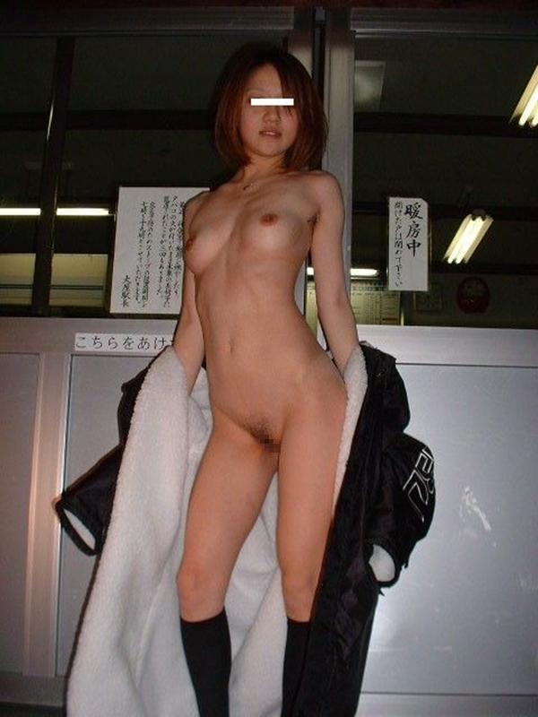 【野外露出エロ画像】屋外で大胆に着衣を脱ぎさる素人娘たちが過激すぎるwww 17