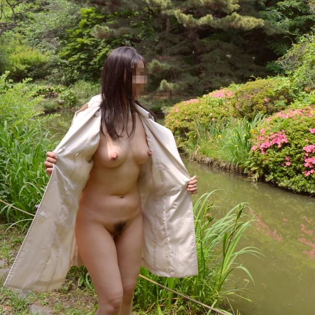 【野外露出エロ画像】屋外で大胆に着衣を脱ぎさる素人娘たちが過激すぎるwww 27