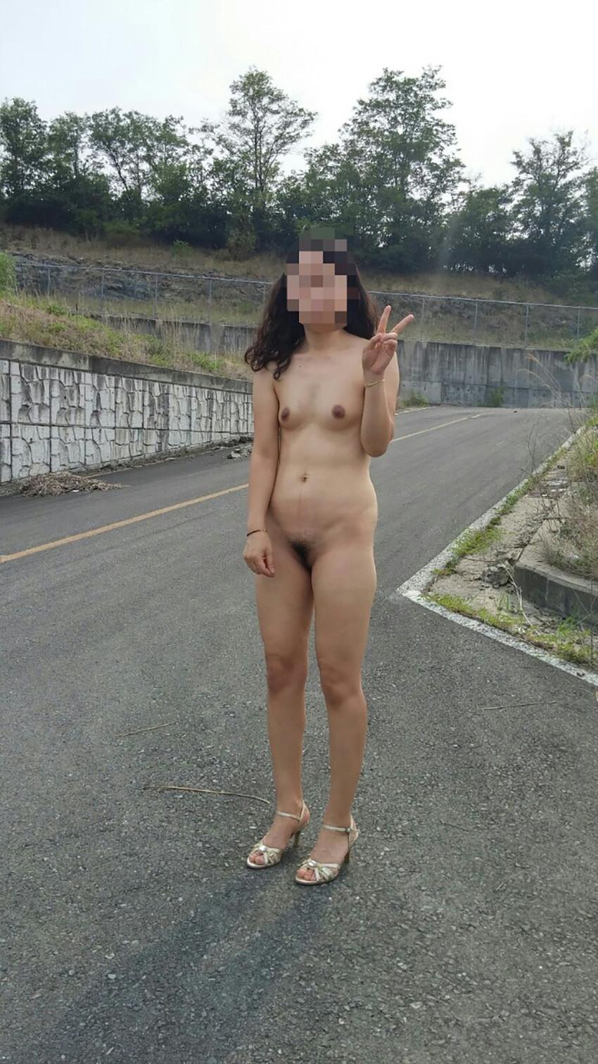 【野外露出エロ画像】屋外で大胆に着衣を脱ぎさる素人娘たちが過激すぎるwww 33