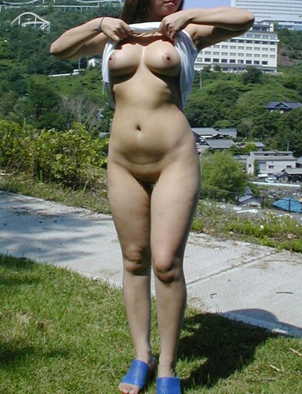【野外露出エロ画像】屋外で大胆に着衣を脱ぎさる素人娘たちが過激すぎるwww 36