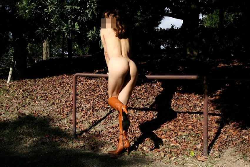 【野外露出エロ画像】屋外で大胆に着衣を脱ぎさる素人娘たちが過激すぎるwww 37