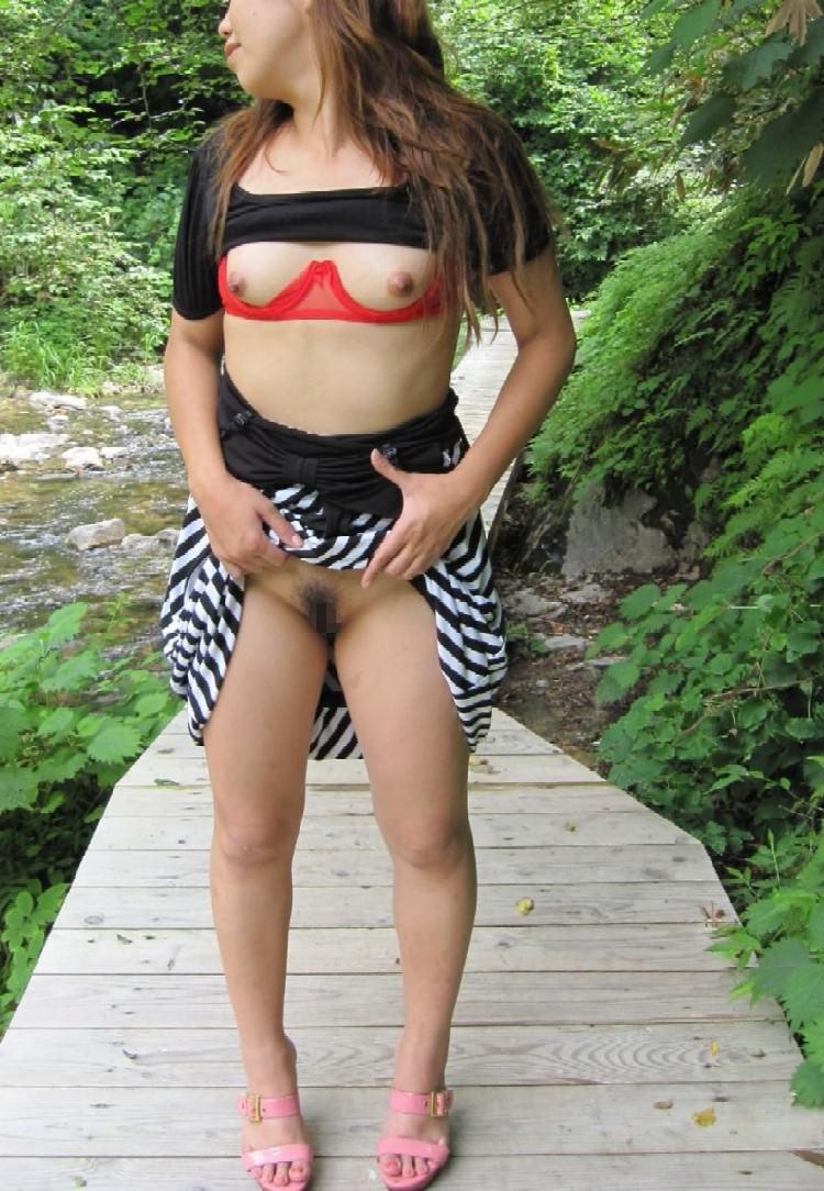 【野外露出エロ画像】屋外で大胆に着衣を脱ぎさる素人娘たちが過激すぎるwww 39