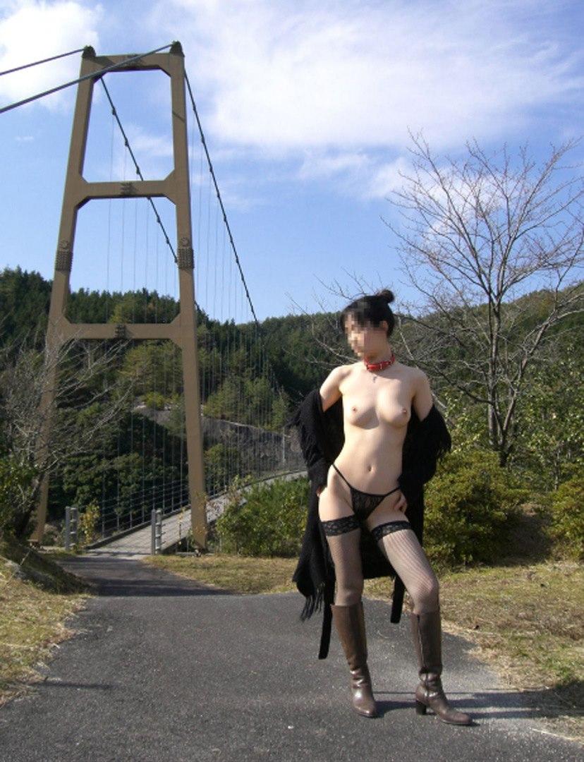 【野外露出エロ画像】屋外で大胆に着衣を脱ぎさる素人娘たちが過激すぎるwww 40
