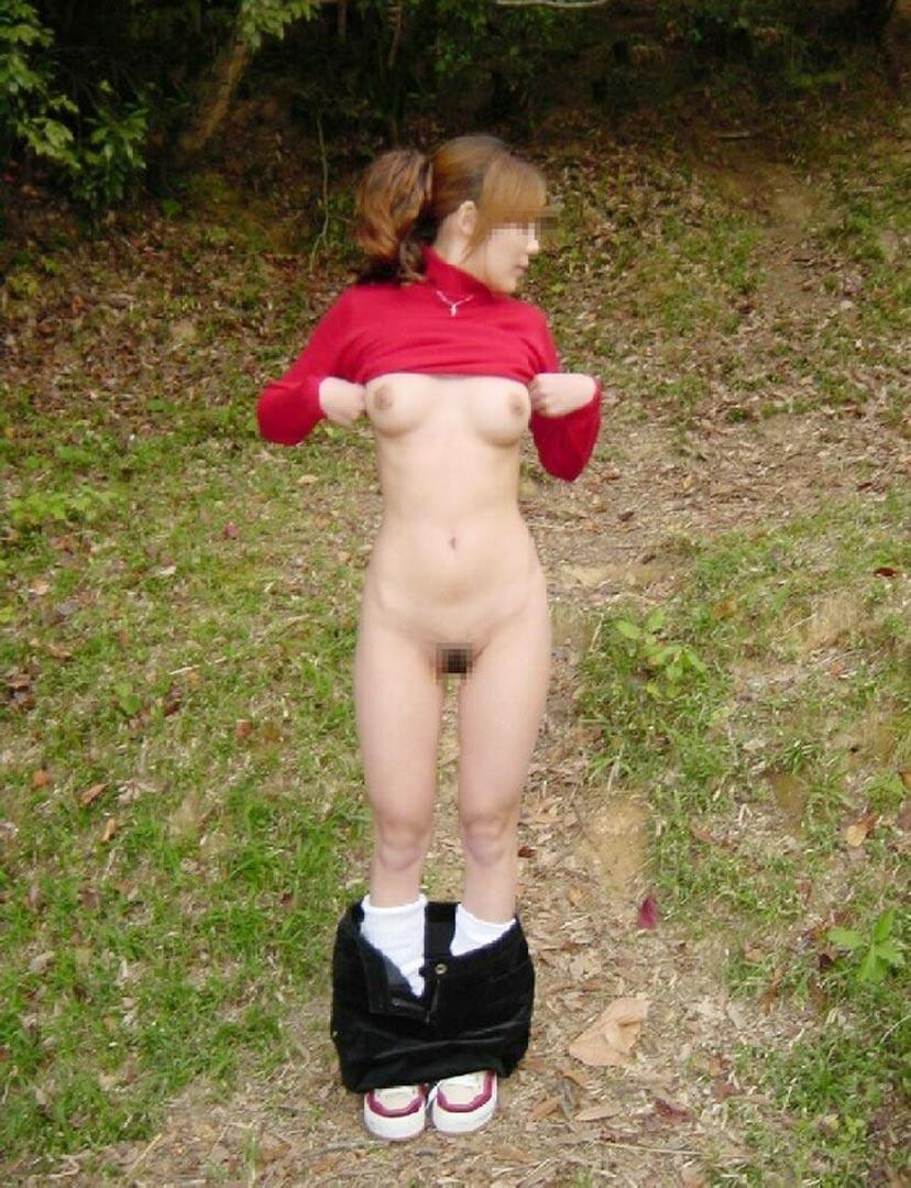 【野外露出エロ画像】屋外で大胆に着衣を脱ぎさる素人娘たちが過激すぎるwww 46