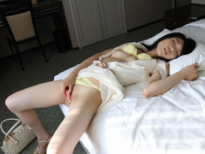 【ローターオナニーエロ画像】ブルブルふるえるローターの刺激がオナニーに最適!? 29