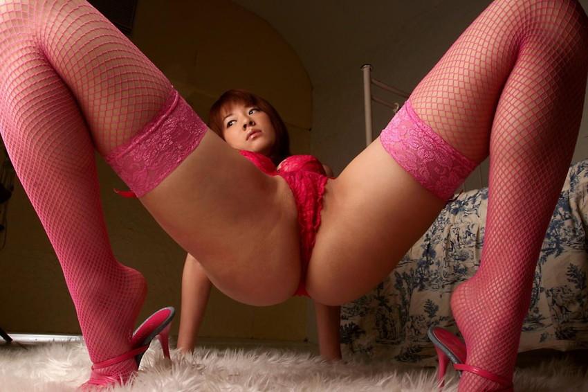 【M字開脚エロ画像】Mの字に開脚された両足!強調されるのは股間だよなwww 37
