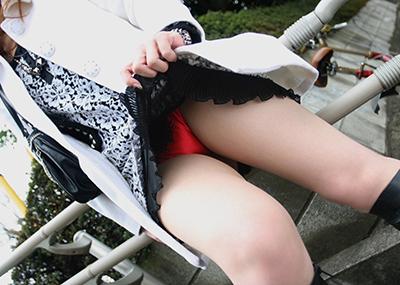 【セルフパンチラエロ画像】女の子自身がスカートをまくりあげてパンチラ見せるセルフパンチラww