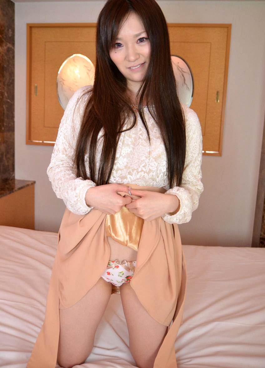 【セルフパンチラエロ画像】女の子自身がスカートをまくりあげてパンチラ見せるセルフパンチラww 05