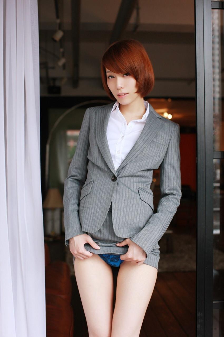 【セルフパンチラエロ画像】女の子自身がスカートをまくりあげてパンチラ見せるセルフパンチラww 09