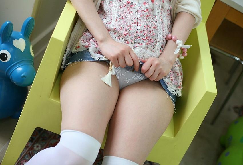 【セルフパンチラエロ画像】女の子自身がスカートをまくりあげてパンチラ見せるセルフパンチラww 19