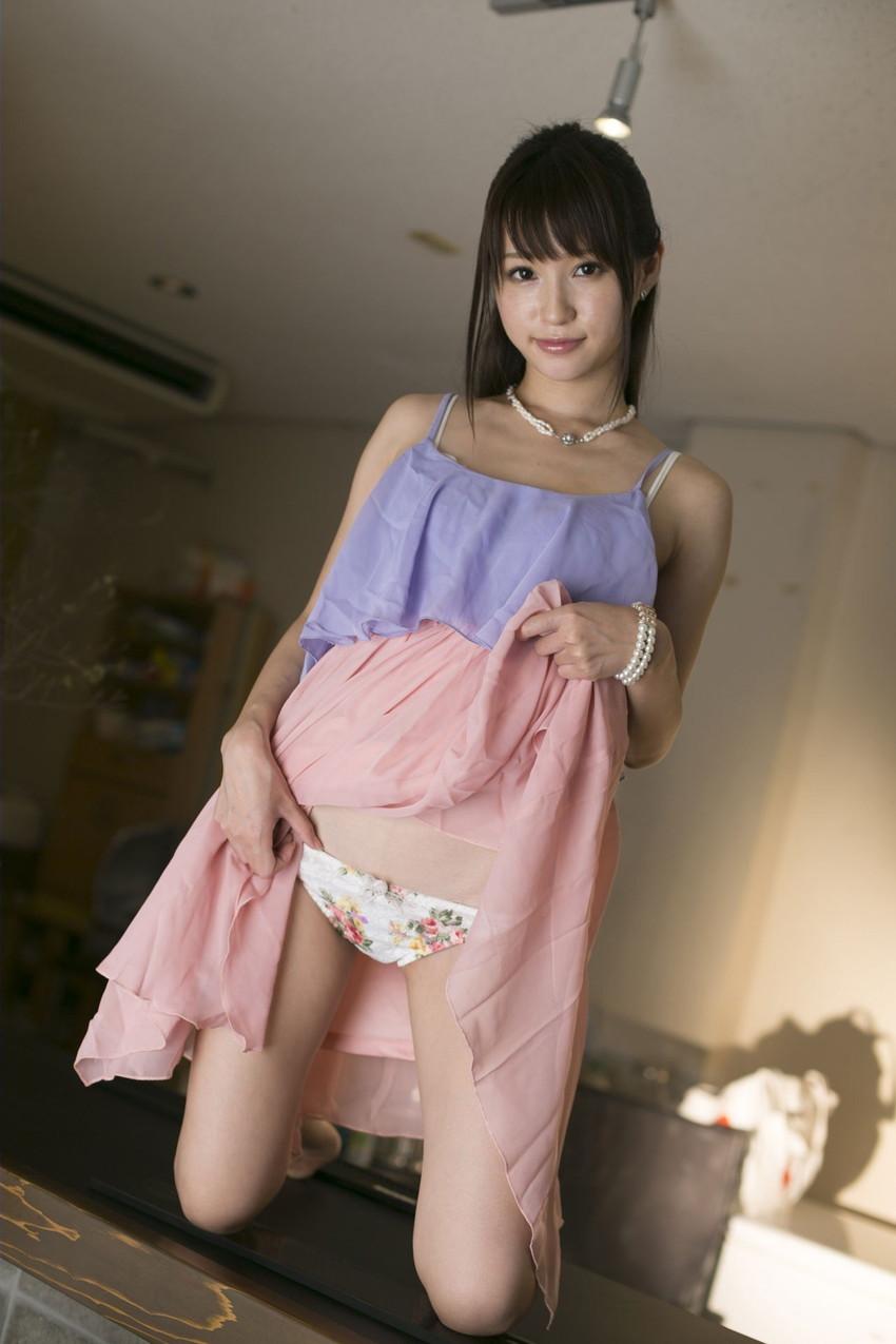 【セルフパンチラエロ画像】女の子自身がスカートをまくりあげてパンチラ見せるセルフパンチラww 26