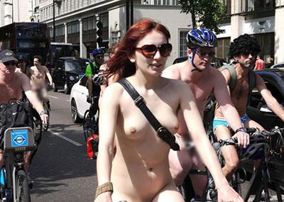 お○ぱい、マ○コ見放題!全裸自転車露出祭のエ□画像30枚