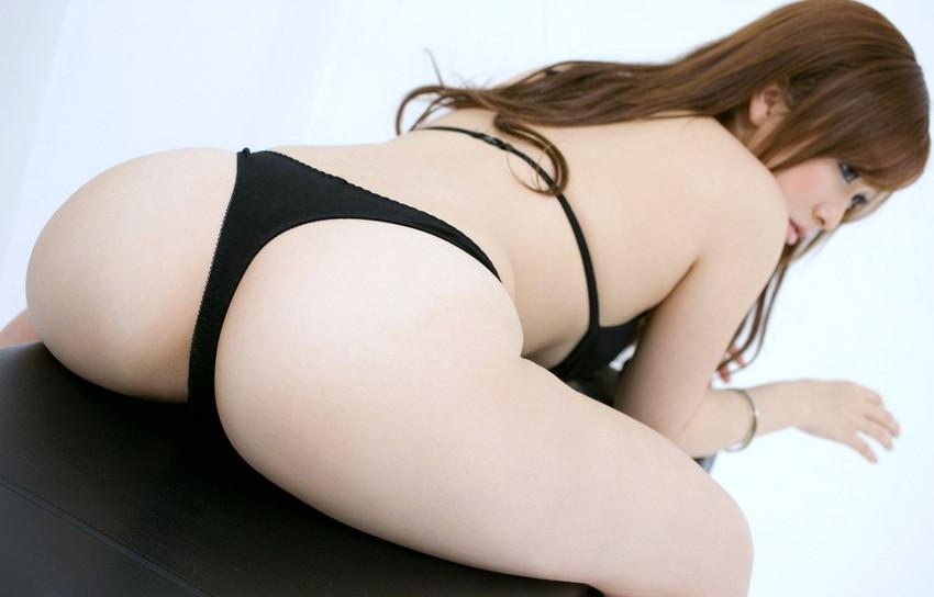 【Tバックエロ画像】女の子のお尻をさせにセクシーに美しく演出してしまう万能下着w 05