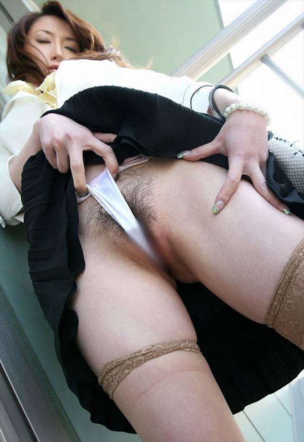【食い込みエロ画像】痛いほどに股間に食い込んだ着衣!オマンコの形が丸わかりだぜww 41