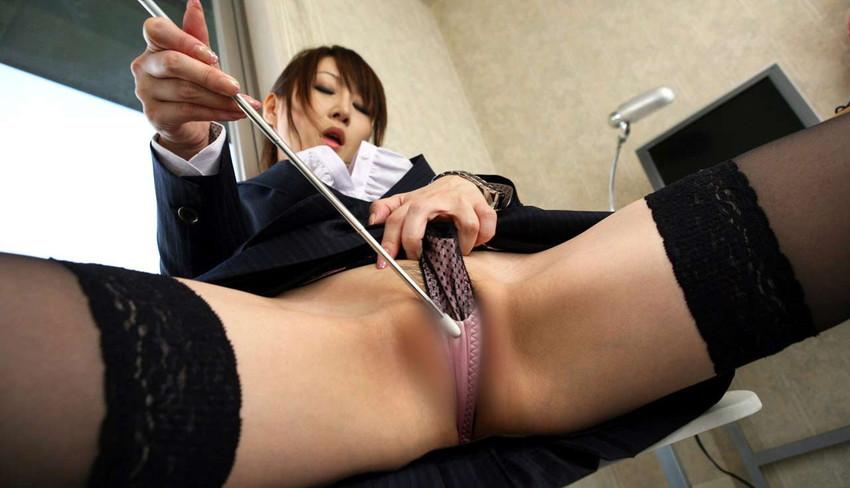 【食い込みエロ画像】痛いほどに股間に食い込んだ着衣!オマンコの形が丸わかりだぜww 47