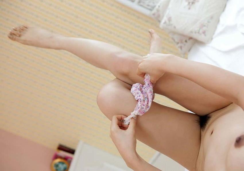 【パンツ半脱ぎエロ画像】脱ぎかけたパンティーがエロい!パンツ半脱ぎ状態の女の子! 02