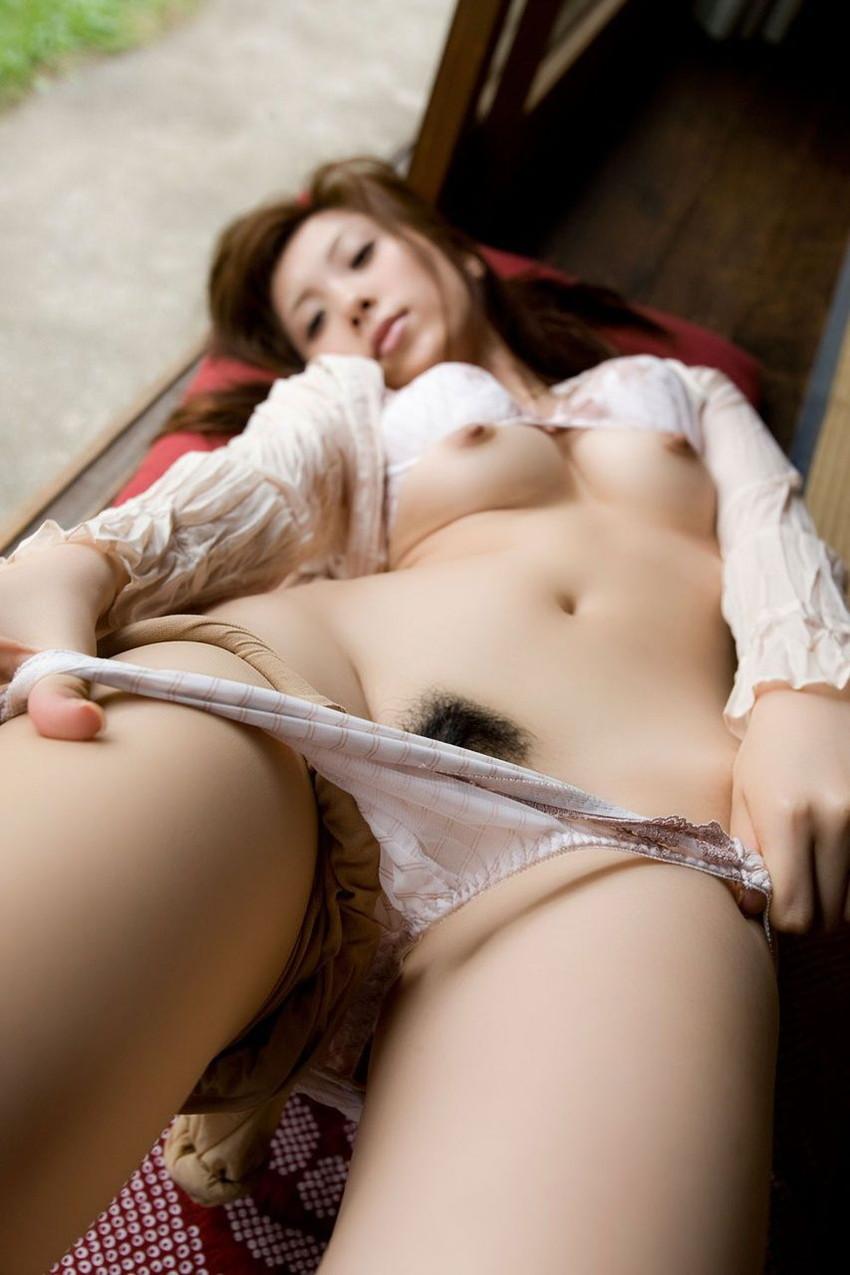 【パンツ半脱ぎエロ画像】脱ぎかけたパンティーがエロい!パンツ半脱ぎ状態の女の子! 28