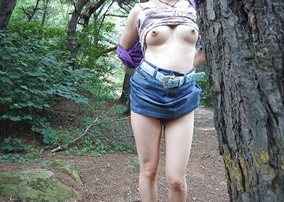 【素人露出エロ画像】露出癖?大胆過激に屋外で着衣を脱ぎ捨てる素人娘エロすぎワロタwww