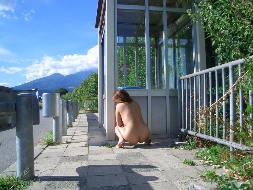 【素人露出エロ画像】露出癖?大胆過激に屋外で着衣を脱ぎ捨てる素人娘エロすぎワロタwww 05