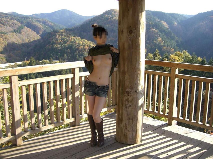 【素人露出エロ画像】露出癖?大胆過激に屋外で着衣を脱ぎ捨てる素人娘エロすぎワロタwww 21