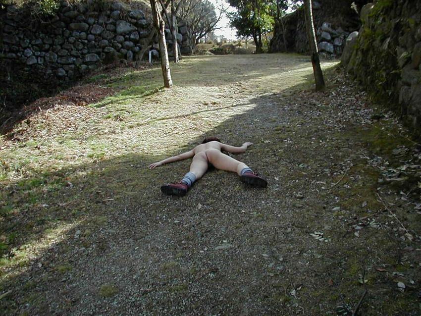 【素人露出エロ画像】露出癖?大胆過激に屋外で着衣を脱ぎ捨てる素人娘エロすぎワロタwww 26