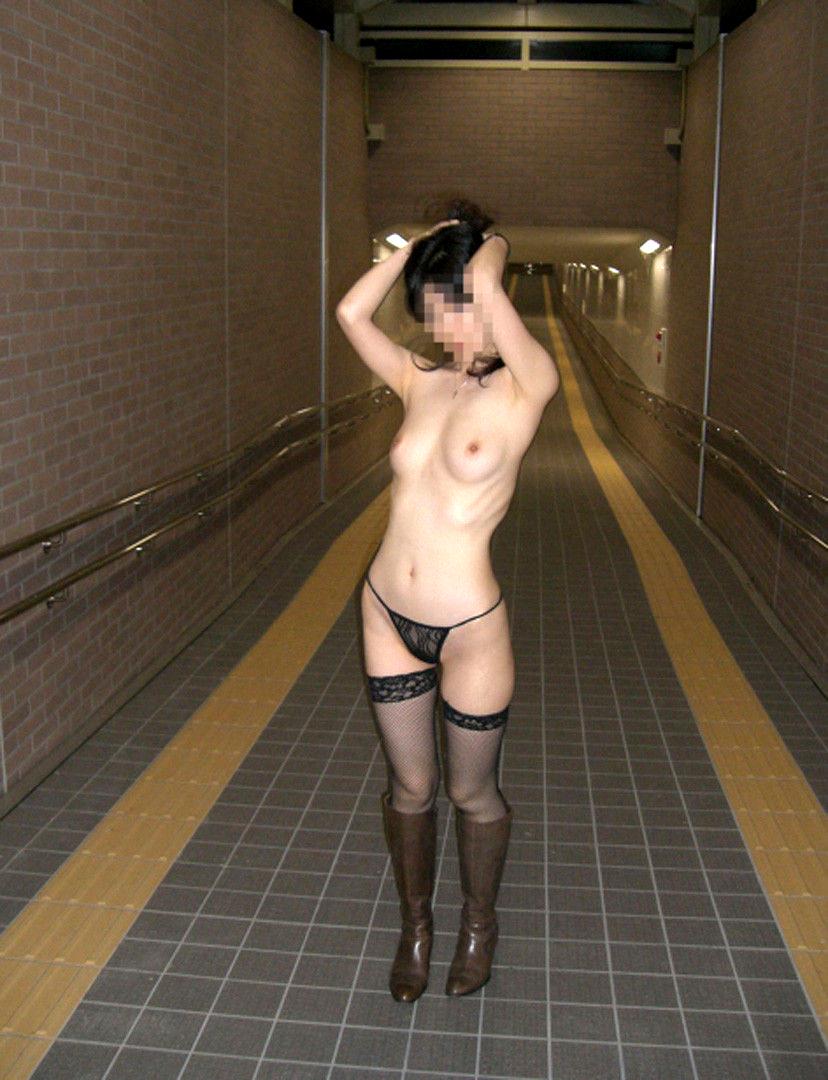 【素人露出エロ画像】露出癖?大胆過激に屋外で着衣を脱ぎ捨てる素人娘エロすぎワロタwww 55